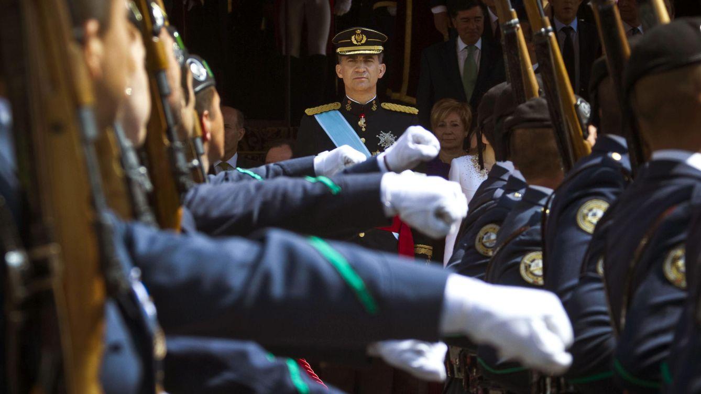 Foto: El Rey Felipe VI en su primer desfile militar a las puertas del Congreso de los Diputados tras su proclamación. (Efe)