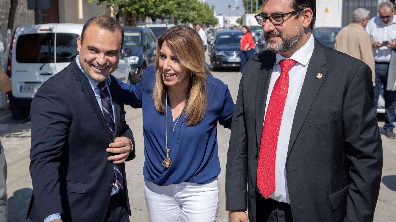 La presidenta andaluza, Susana Díaz, junto a los alcaldes de El Palmar de Troya, Juan Carlos González (i), y de Utrera, José María Villalobos (d), este 3 de octubre. (EFE)