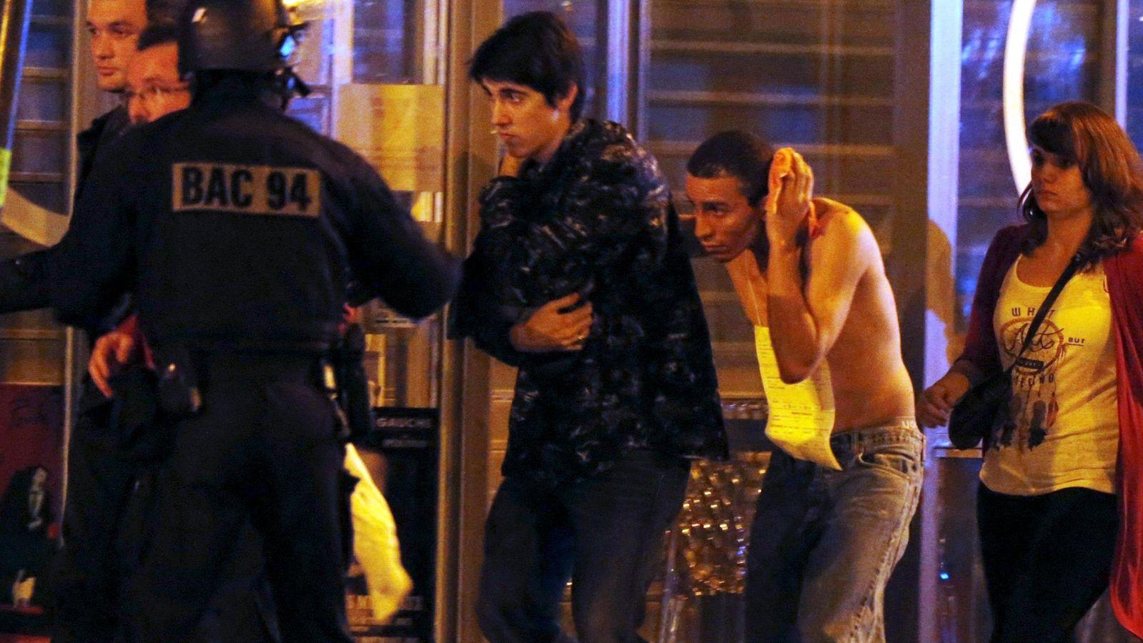 Foto: Las fuerzas especiales francesas evacuan a supervivientes del atentado en la sala Bataclan (Reuters)