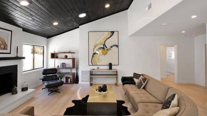 La sala de estar con chimenea. (Realtor.com)