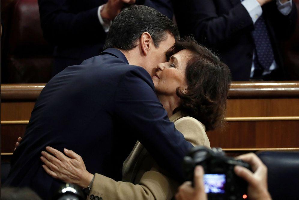 Foto: Carmen Calvo felicita a Pedro Sánchez tras ser investido como presidente del Gobierno. (EFE)
