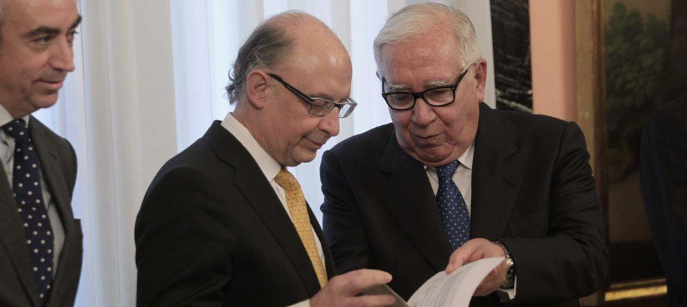 Foto:  El presidente del comité de expertos, Manuel Lagares (d), entrega a Cristóbal Montoro (c) el informe. (EFE)