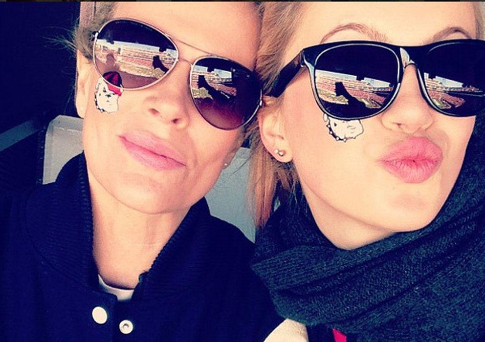 Foto: ¿Quién es quién? Kim y su hija Ireland, en una foto publicada en el Twitter de la joven