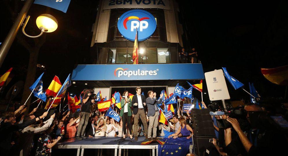 Foto: Pablo Casado, junto a los candidatos populares, tras conocer los resultados electorales. (EFE)