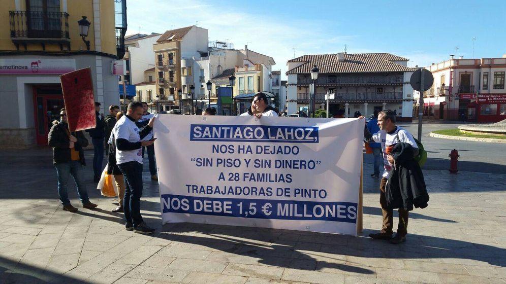 Foto: Algunas de las familias afectadas, concentradas frente al Ayuntamiento de Tomelloso.
