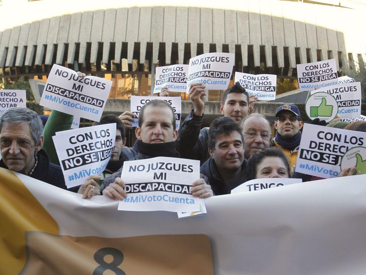 Foto: Personas con discapacidad intelectual exigen ante el TC su derecho al voto en 2017. (EFE)