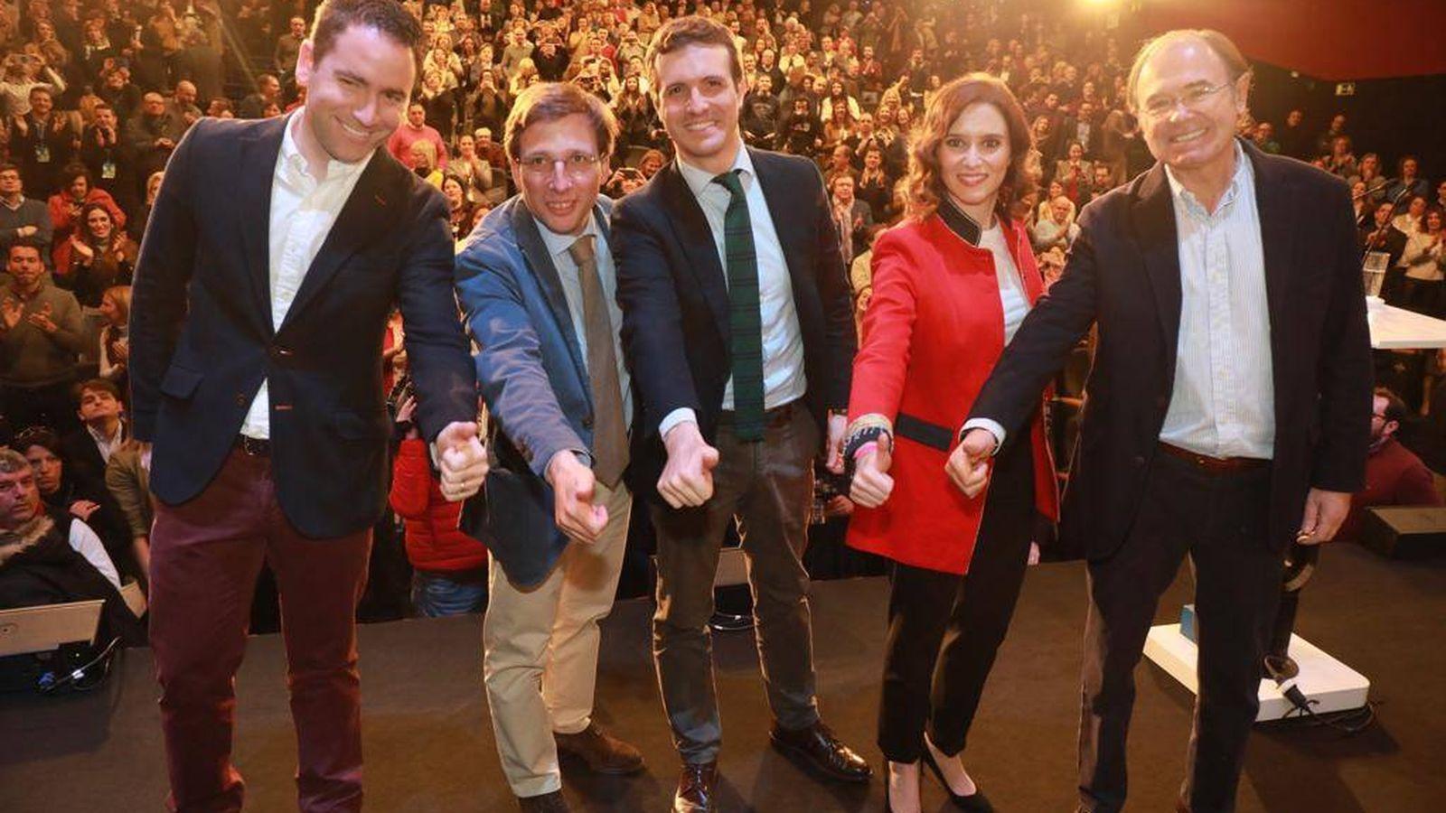 Foto: Pablo Casado (en el centro), escoltado por Martínez-Almeida y Díaz Ayuso