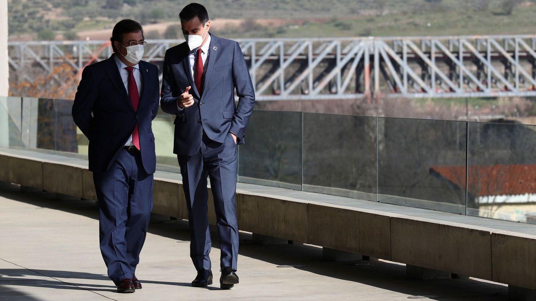 El presidente del Gobierno, Pedro Sánchez (d), conversa con el presidente de la Junta de Extremadura, Guillermo Fernández Vara. (EFE)