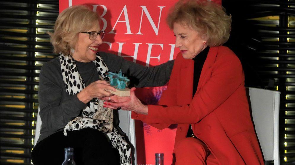 Foto: Marisa Paredes recibe el premio 'Puente de Toledo' de manos de Manuela Carmena. (Efe/ Fernando Alvarado)