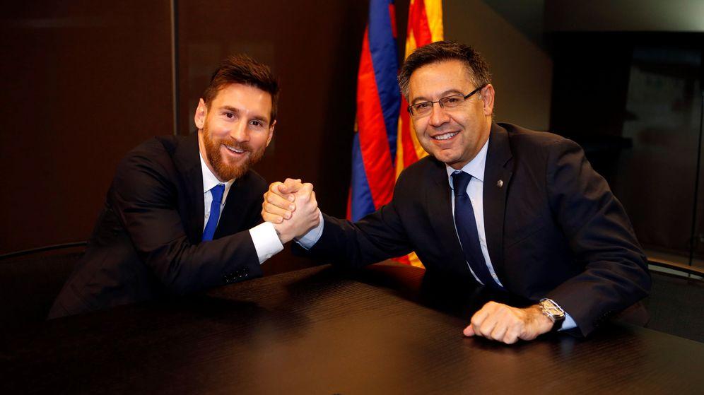 Foto: Bartomeu y Leo Messi en la reciente renovación del argentino. (Reuters)