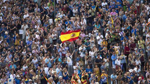 Escupitajos y empujones: el relato de los que mostraron la bandera de España