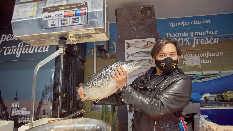 Alberto Caballero en una pescadería del Mercado de Santa María de la Cabeza. (J. Á. M.)