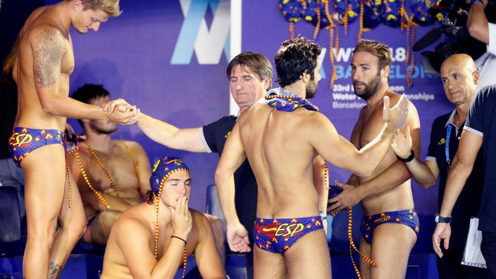 Foto: Los jugadores de la selección española tras perder la final ante Serbia en Barcelona. (EFE)