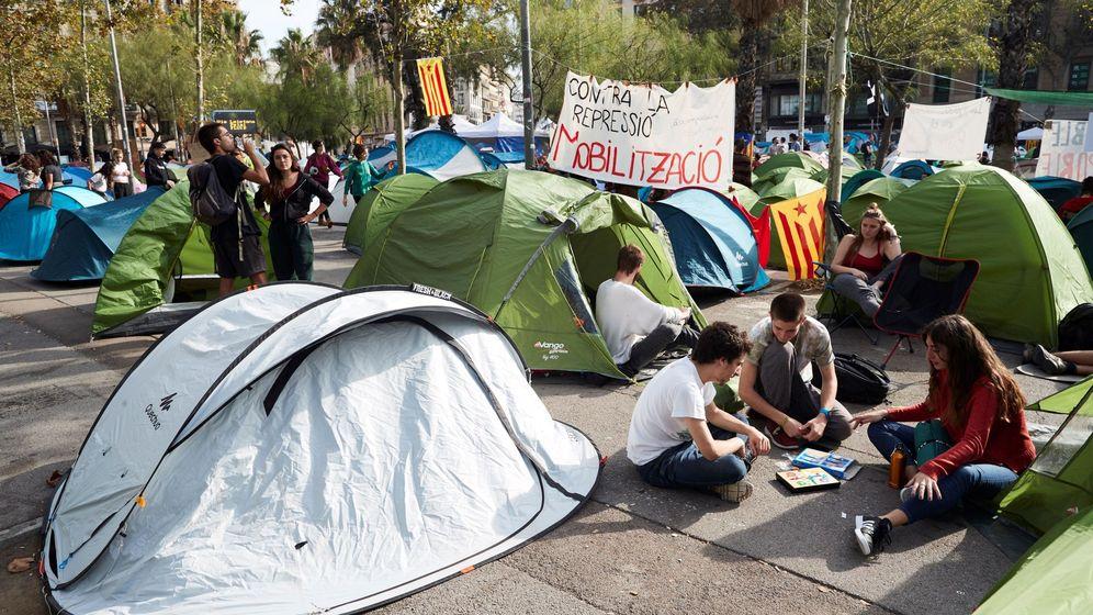 Foto: Tiendas de campaña de los jóvenes que han acampado frente a la Universitat de Barcelona. (EFE)