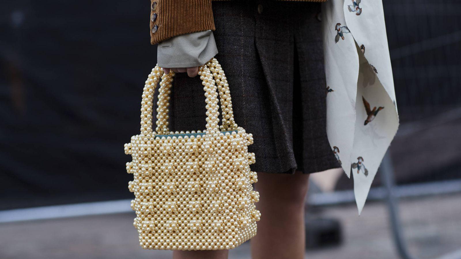 Foto: El bolso estrella por el que toda it girl se muere es de Shrimps y cuesta unos 500 €. (Foto: Imaxtree)