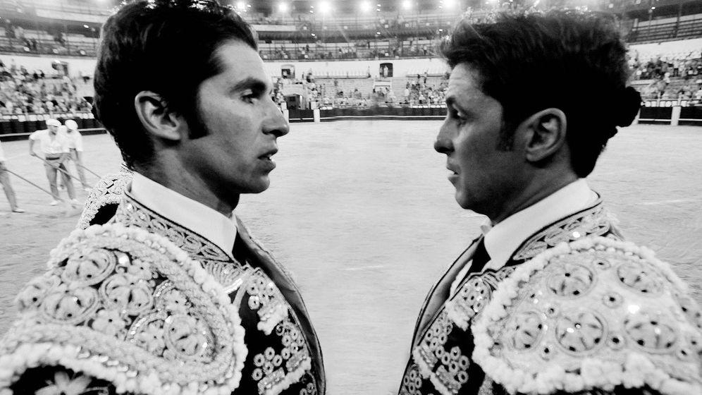 Foto: Cayetano Rivera y Francisco, frente a frente en una plaza de toros. (Cordon Press)