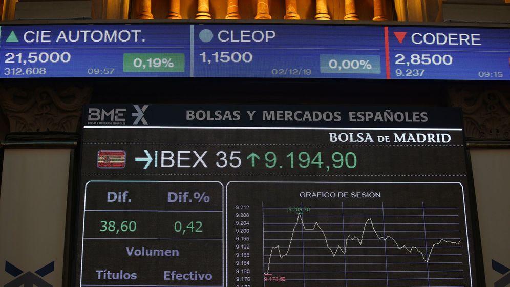 Foto: Pantallas de la Bolsa de Madrid con la evolución del Ibex 35. (EFE)