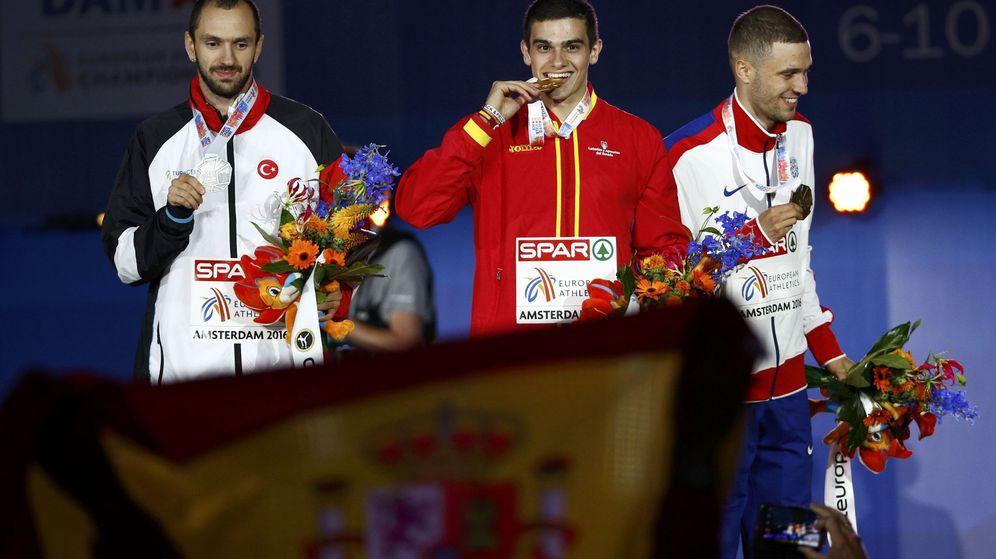 Foto: Hortelano muerde la medalla de oro (Michael Kooren/Reuters)