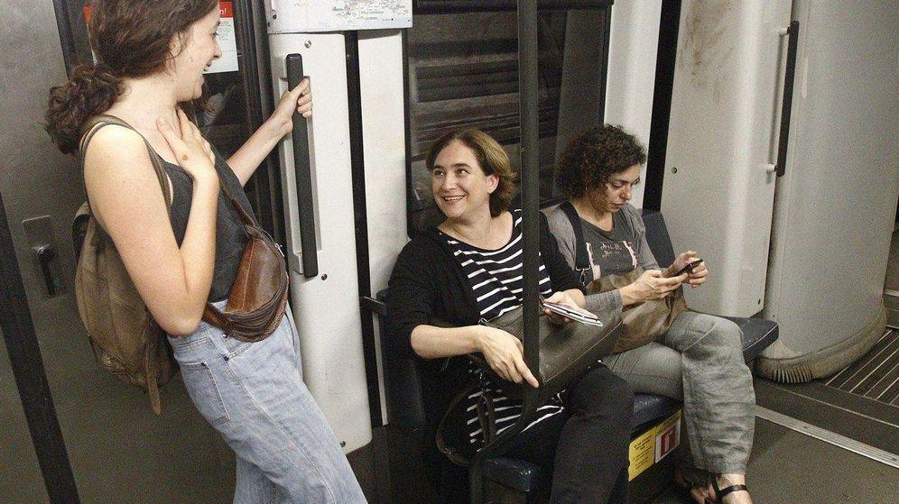 Foto: La alcaldesa de Barcelona, Ada Colau, durante un viaje en metro (REUTERS)