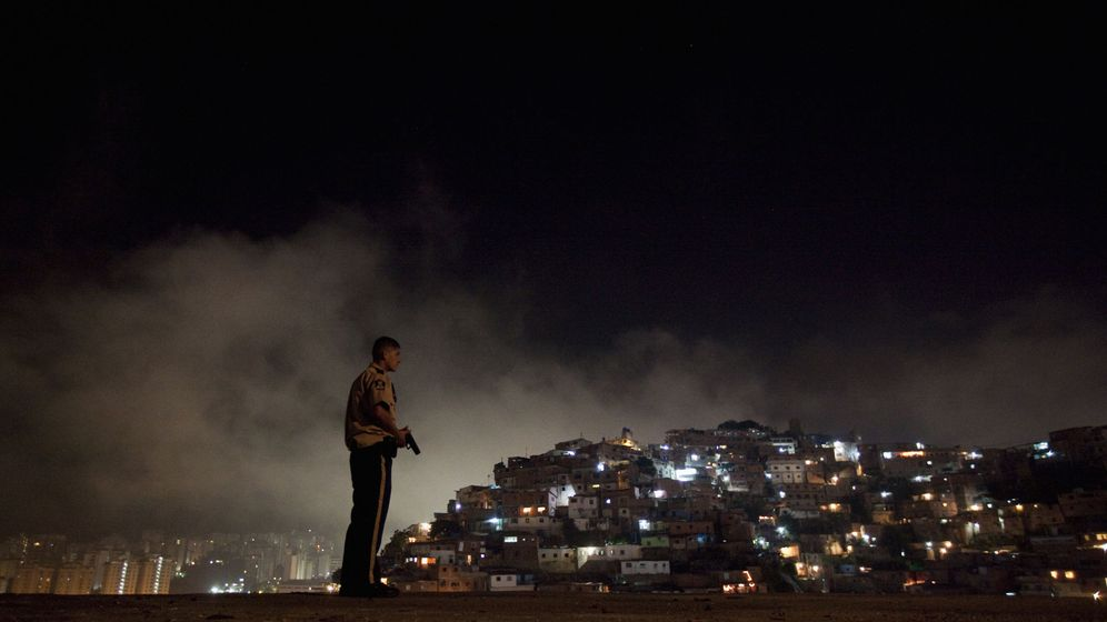 Foto: Un policía venezolano patrulla el barrio de Petare, el distrito más peligroso de Caracas (Reuters).