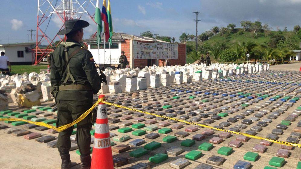Foto: Un policía vigila parte de las ocho toneladas de cocaína que se han decomisado. (Reuters)