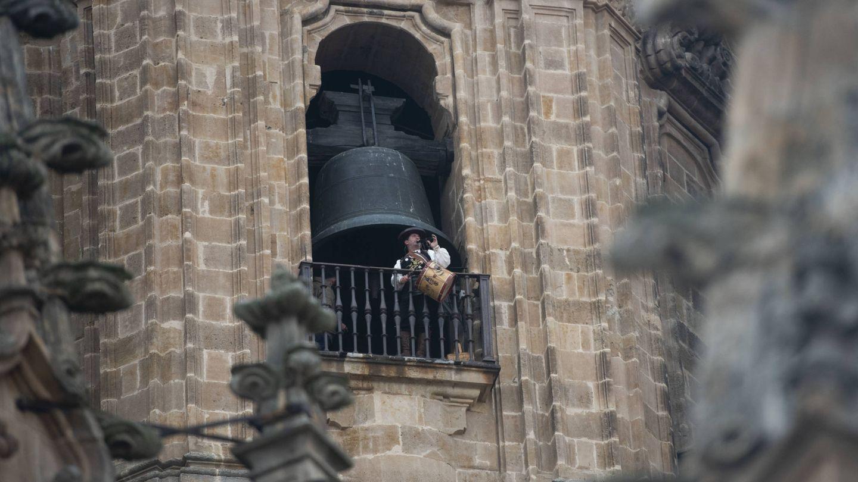 Imagen del Mariquelo encaramado a la torre de la catedral vieja de Salamanca. (P. Parajuá)