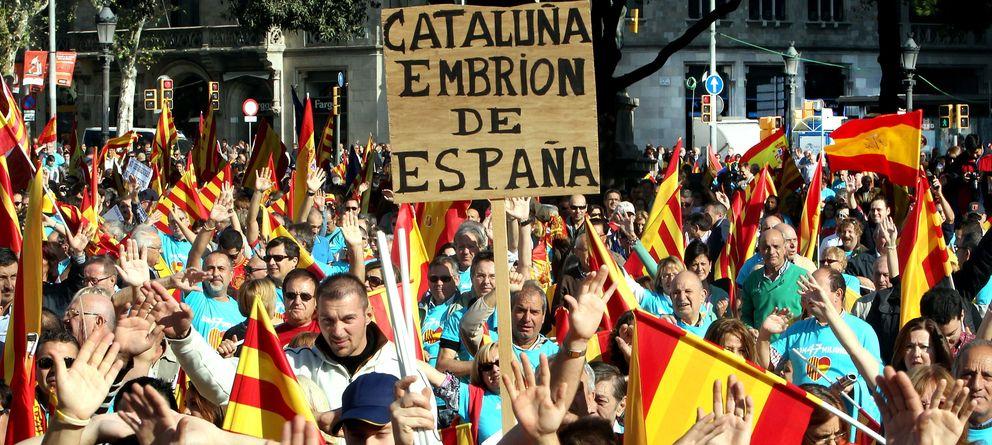 Foto: Manifestantes que defienden la convivencia de España y Cataluña. (Efe)