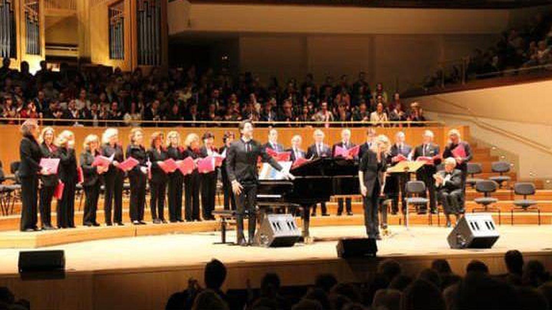 Foto del coro en el auditorio acompañando a un importante tenor para la fundación Prodis. (Cortesía)