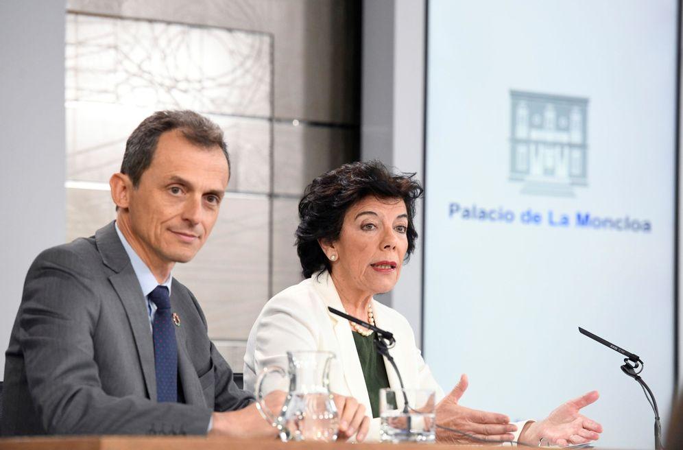 Foto: Los ministros en funciones Isabel Celaá y Pedro Duque, este 7 de junio en la Moncloa. (EFE)