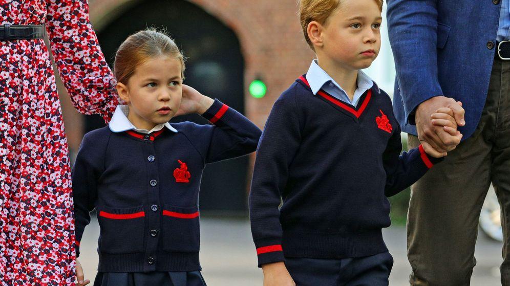 Foto: George y Charlotte de Cambridge, en su primer día de escuela. (Reuters)