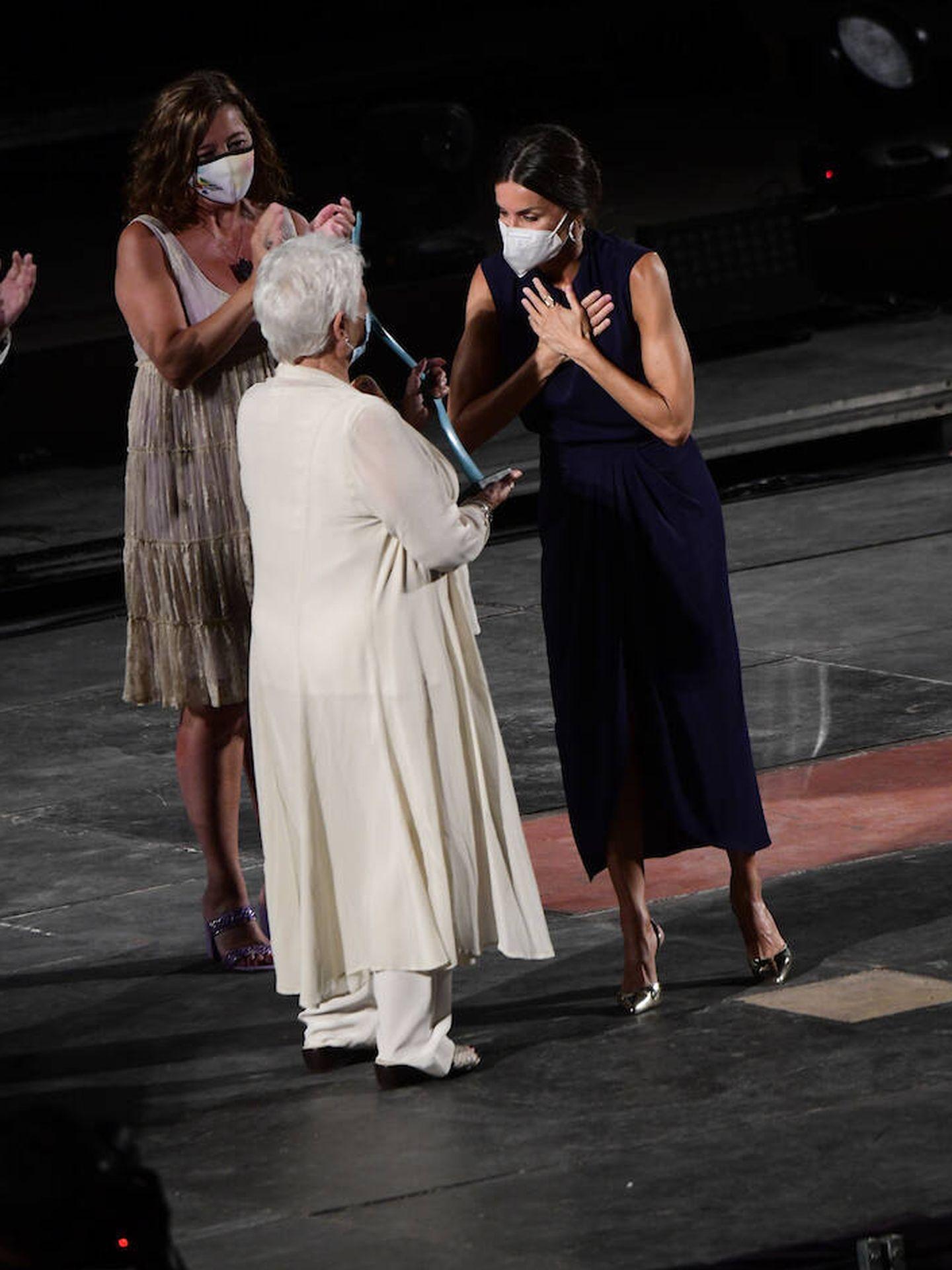 Letizia entregando el premio Judi Dench. (Limited Pictures)