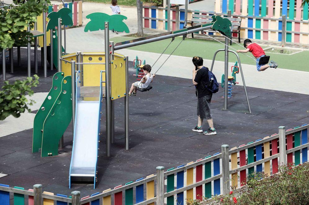 Foto: Varios niños juegan en un parque infantil. (EFE)