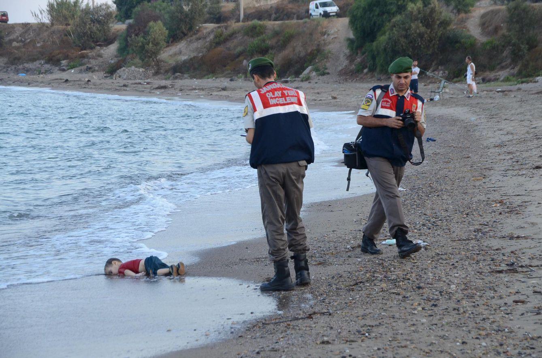 Foto: Un agente turco un niño sirio que se ahogó durante el viaje a la isla griega de Kos, el 2 de septiembre de 2015 (Reuters).