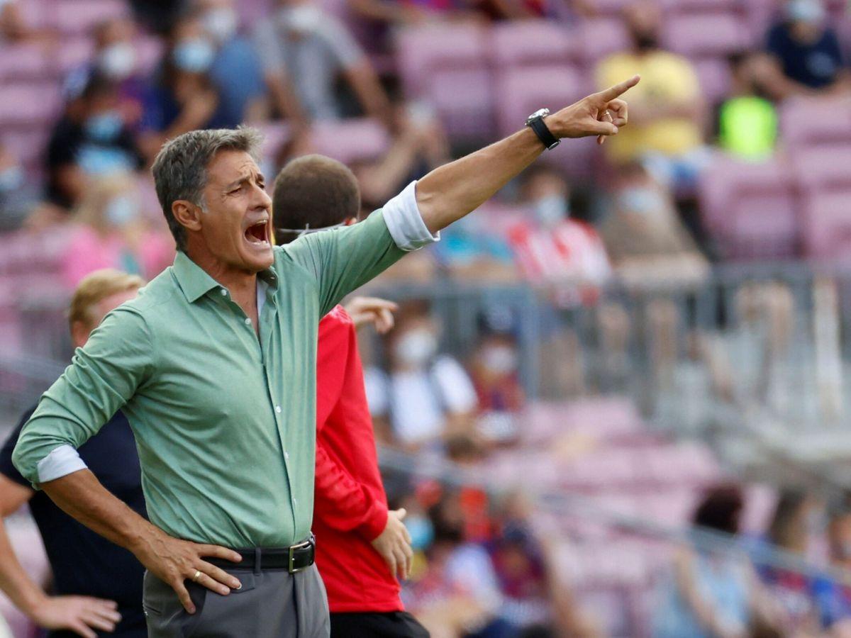 Foto: Míchel da instrucciones a sus jugadores durante el Barça-Getafe de la tercera jornada. (EFE)