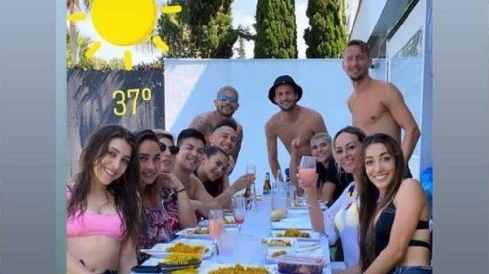 Foto: La reunión orquestada por los jugadores del Sevilla (al fondo) que incumple todas las normas