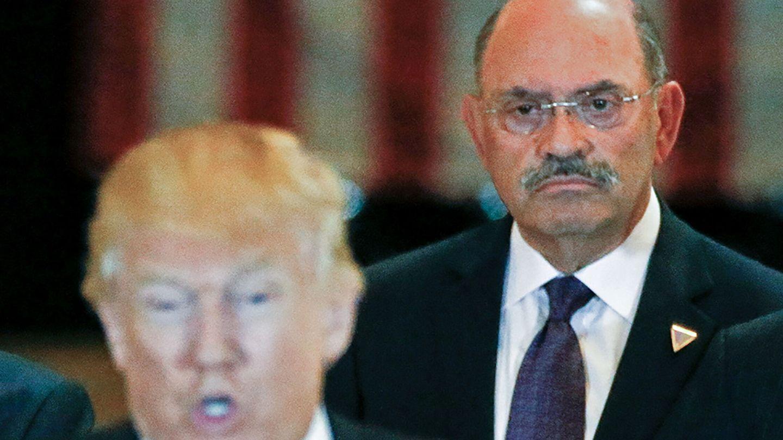 Allen Weisselberg, detrás de Donald Trump. (Reuters)