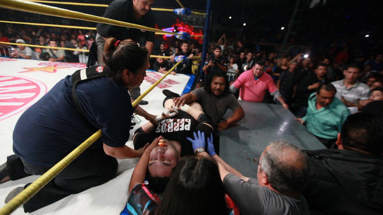 Foto: Momento en el que Hijo del Perro Aguayo es retirado en camilla del ring.