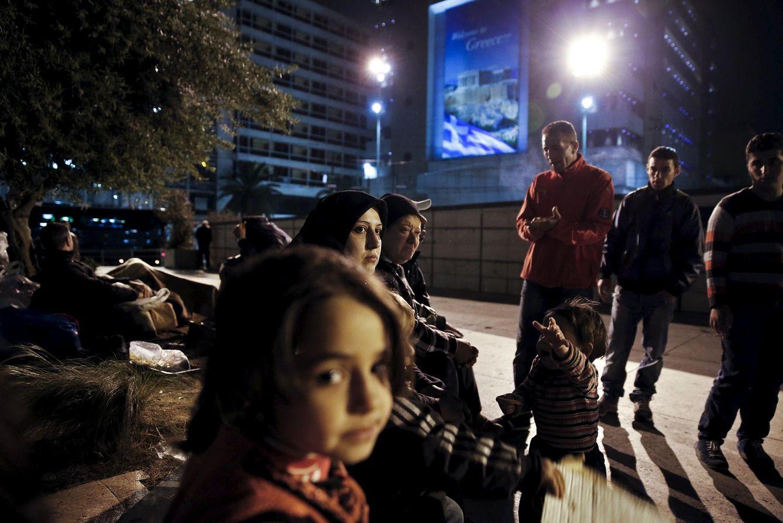 Foto: Dia Qasem, un mujer siria que llegó a Grecia por el mar, se sienta junto a otros compatriotas en una plaza de Atenas. (Reuters)