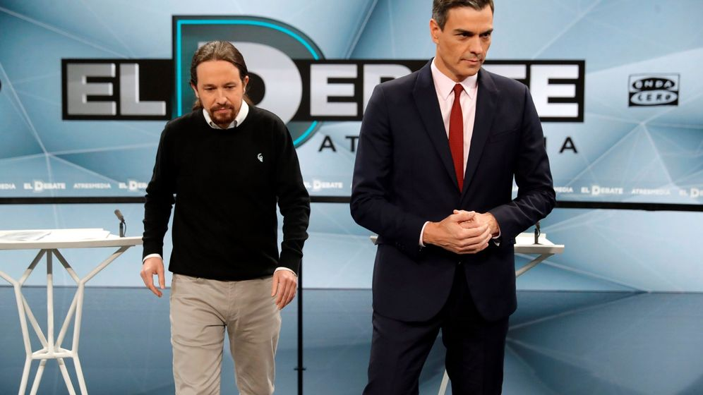 Foto: Pablo Iglesias y Pedro Sánchez antes del inicio del segundo debate electoral a cuatro de la pasada campaña. (EFE)