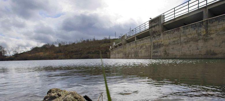 Foto: Vista parcial del embalse del Ebro. (Efe)