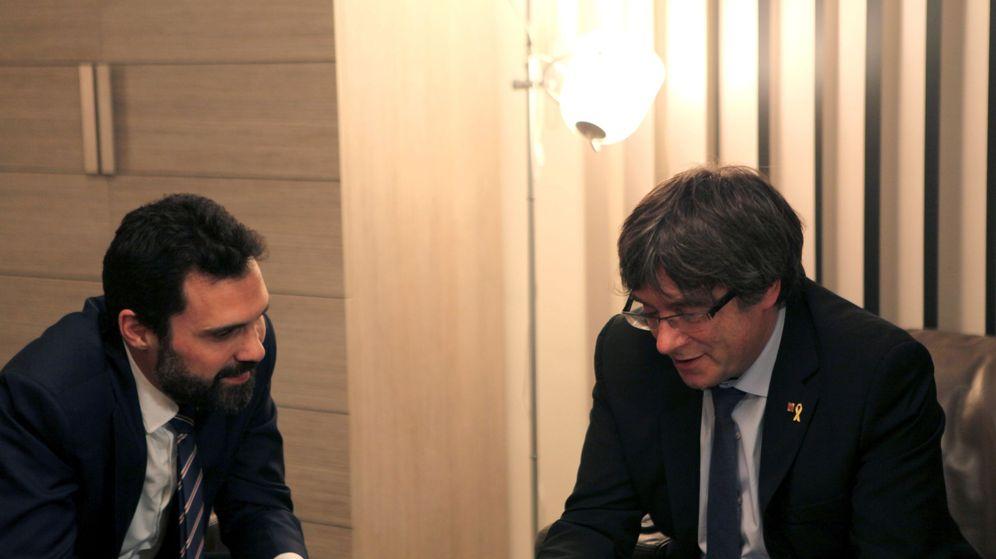 Foto: Roger Torrent, con Puigdemont en Waterloo. (EFE)