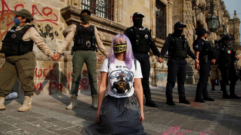 Cientos de jóvenes marcharon ayer sábado por el centro de Guadalajara, en el estado mexicano de Jalisco. (EFE)