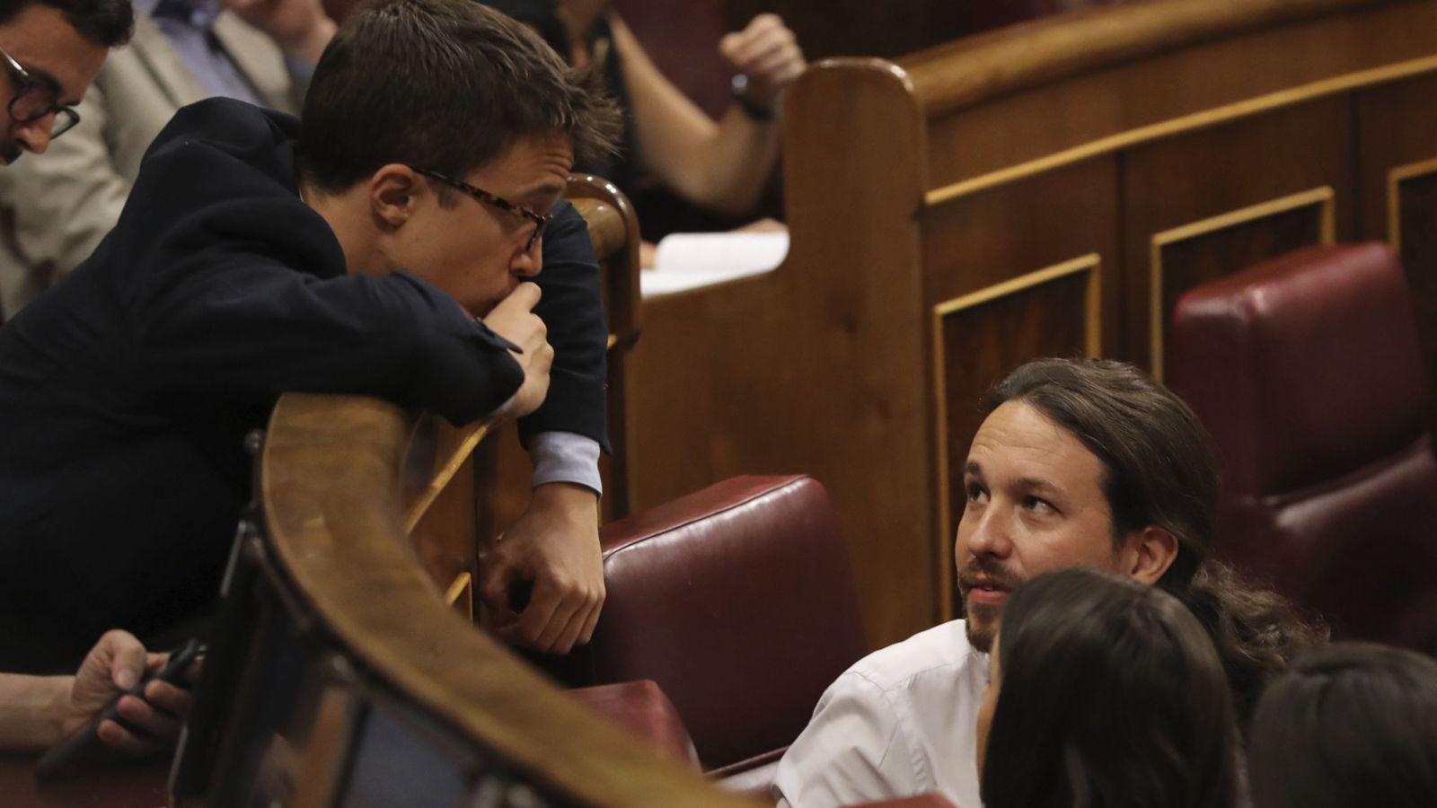 Foto: El diputado de Podemos Íñigo Errejón (i), conversa con el líder de Podemos, Pablo Iglesias (d). (EFE)