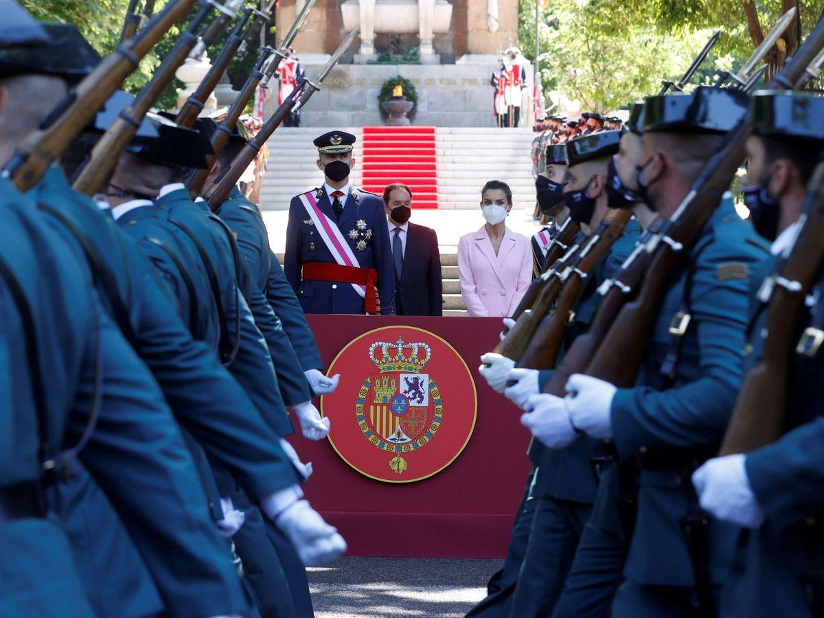 Foto: Los Reyes, durante la celebración del Día de las FFAA. (EFE)