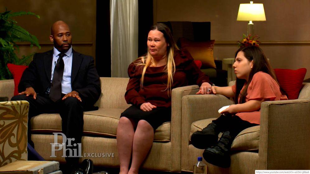 Foto: Natalia estuvo acompañada en la entrevista por su familia adoptiva, que la acogieron tras ser abandonada (Foto: YouTube)
