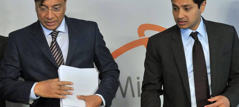 Foto: l presidente de la junta directiva de ArcelorMittal, Lakshmi Mittal, y el director financiero, Adtiya Mittal (dcha). (EFE)