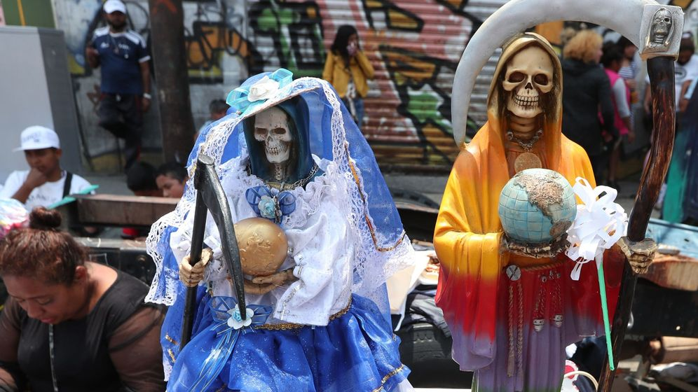 Foto: Cientos de seguidores de la Santa Muerte se reunieron en su altar del barrio de Tepito en la Ciudad de México para celebrar la vuelta a la normalidad (EFE)