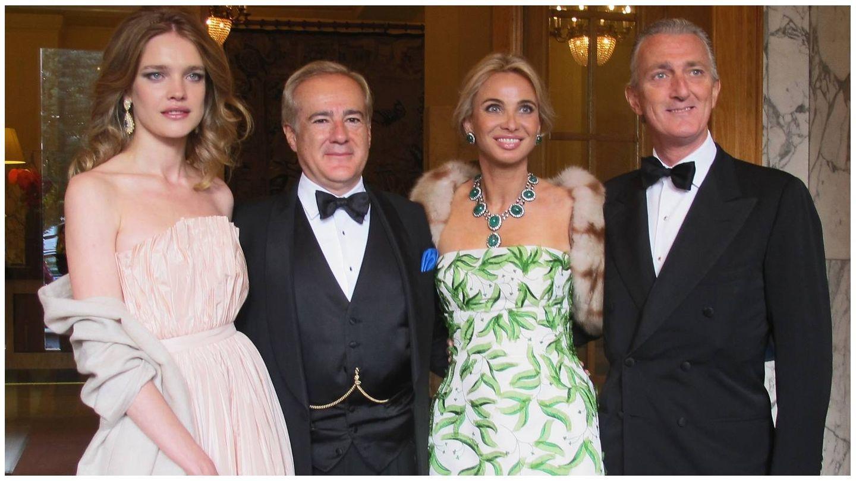 Natalia Vodianova, Allen Sanginés-Krause, Corinna Larsen y el príncipe Paolo Borghese, en Rusia. (Getty)