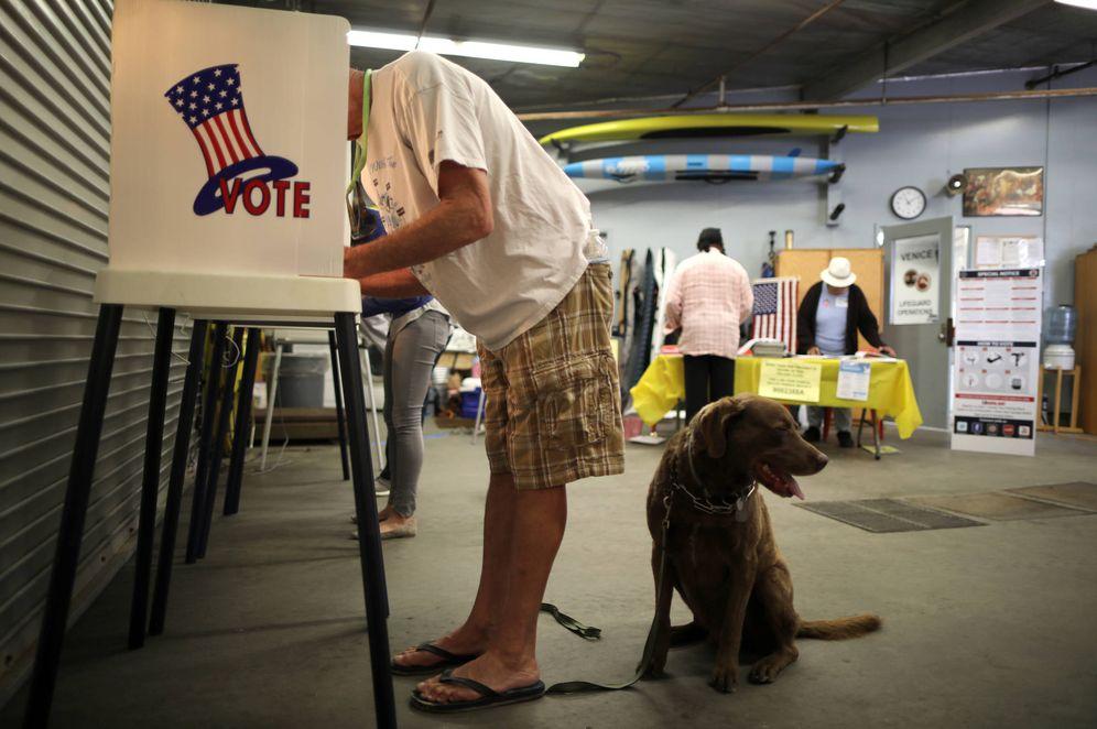 Foto: Bob Ballentine, de 63 años, vota en las primarias en un colegio electoral de Los Ángeles, California, el 5 de junio de 2018. (Reuters)