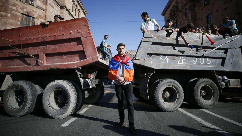 Manifestantes bloquean las calles con camiones durante la campaña de desobediencia civil, en Yereván, el 2 de mayo de 2018. (Reuters)